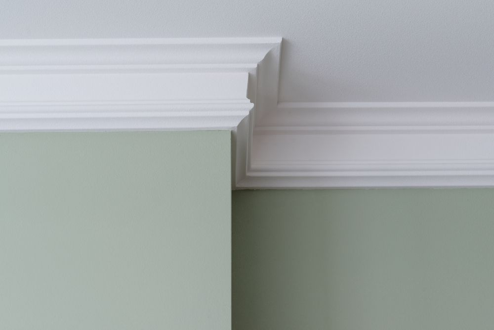 Ceiling moldings in the interior