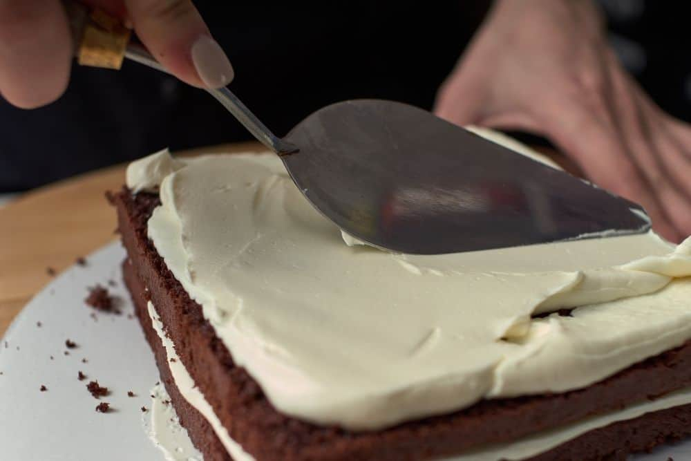 cover a cake with icing