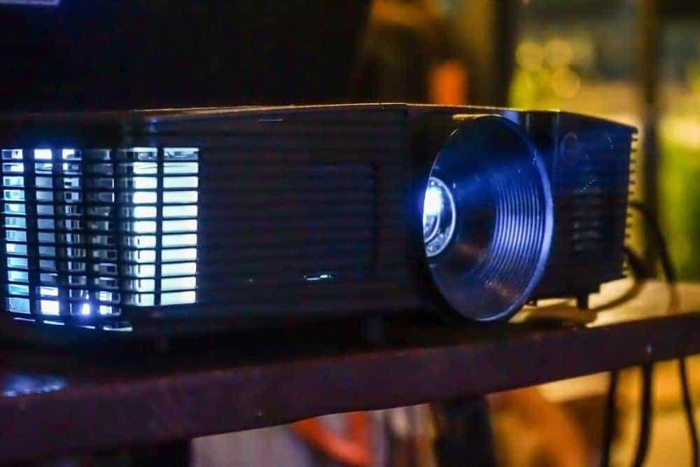 a DLP projector with 5000 hours lamp life-min