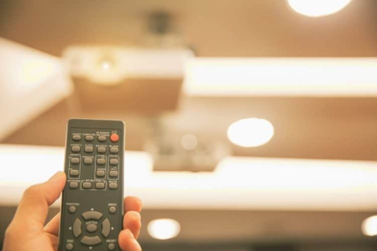 Turn off Optoma projector by a remote control