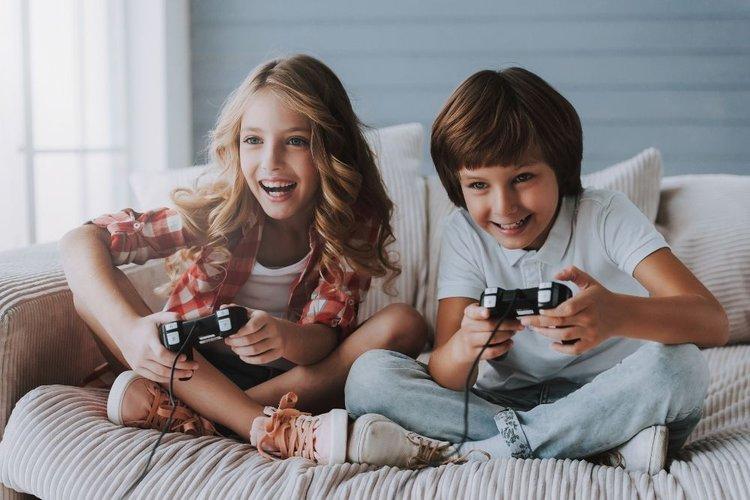 2 kids playing game